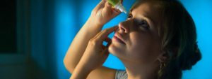 Woman Putting in Eye Drops 1280x480 e1524035985163 1024x384 1