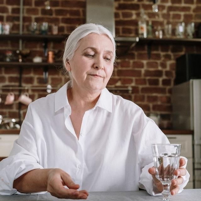 senior-woman-taking-her-medicine-640