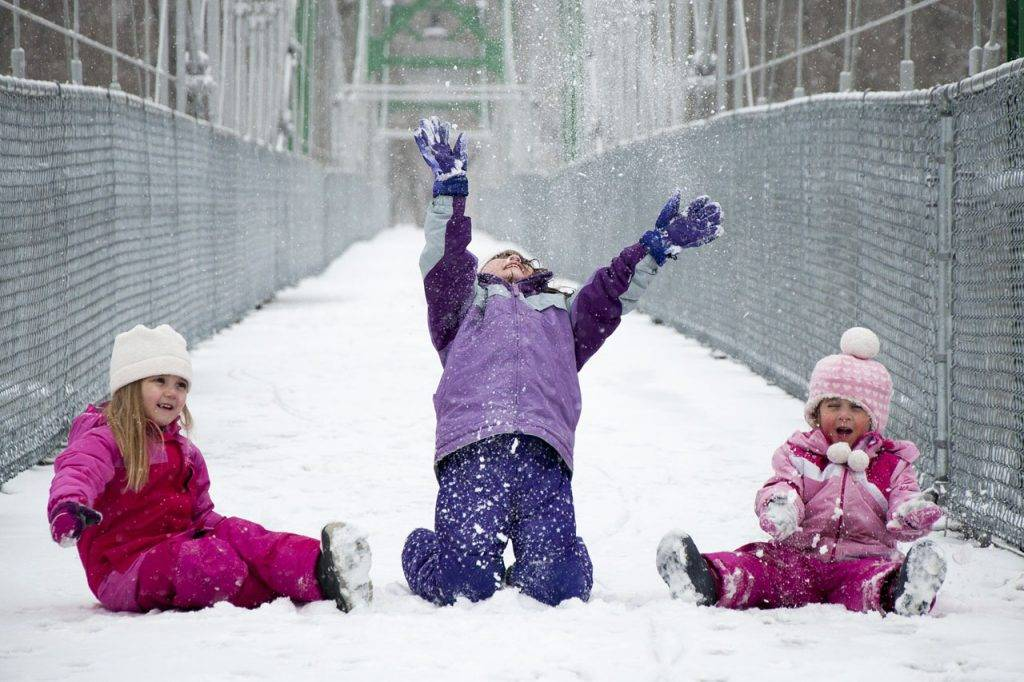 Girls-Playing-in-Snow-1280x853-1024x682-1