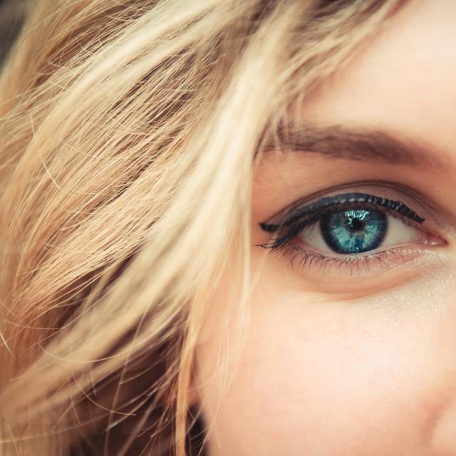 woman-blue-eye-closeup-640